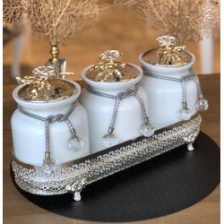 The spice set consists of 4 pieces